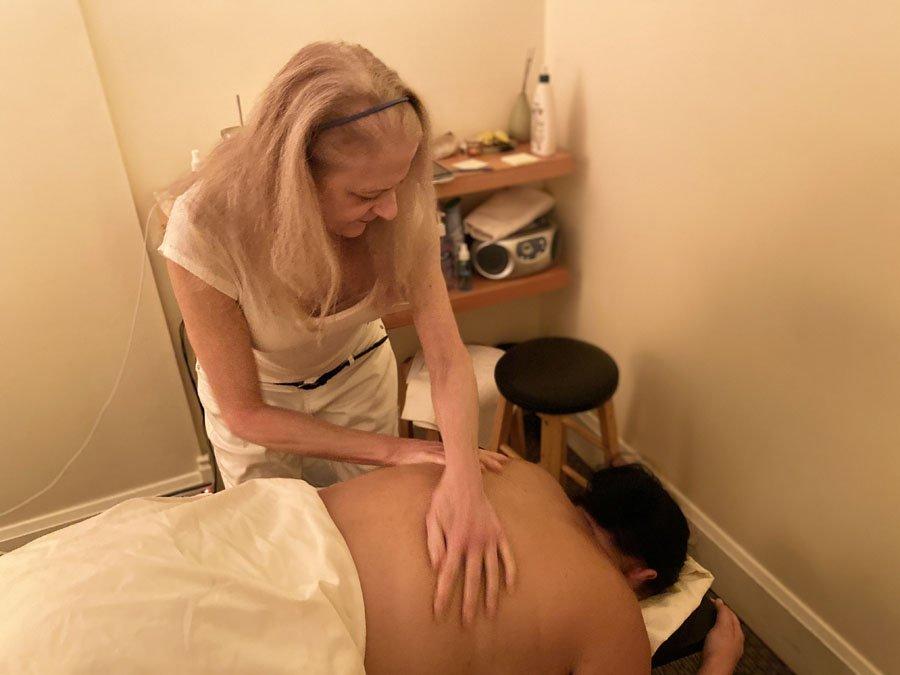 Su giving a massage